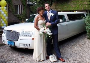 bruidspaar bij limo